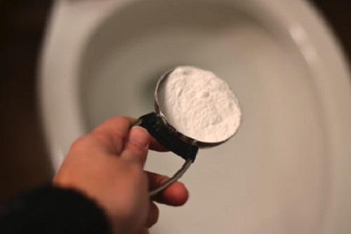 vệ sinh bồn cầu bằng baking soda